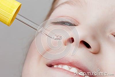 Aplicando o conta-gotas nasal