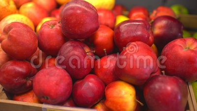appelen Rode Appelen Apple oogst vele appelen Appelen bij de marktkraam stock video