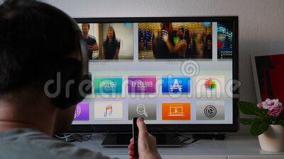 Apple Computers en el televisor OLED - mirando a través de todas las aplicaciones y Apple Music almacen de metraje de vídeo