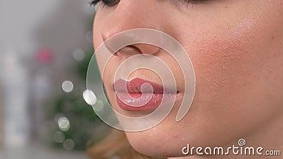 Applicazione del trucco Le labbra del modello sono dipinte con un pennello di trucco Applicazione di lucidalabbra L'opera di un m archivi video