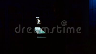 Applicazione 'Smart house' con un uomo che accende le luci con un comando vocale video d archivio