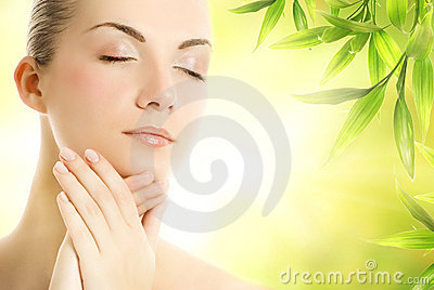 Applicera skönhetsmedel henne organisk hud till kvinnan