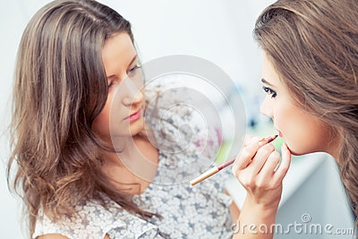 Applying lip liner