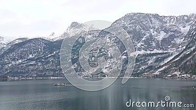 Appréciez le paysage urbain de bord de lac d'hiver de Hallstatt, Salzkammergut, Autriche banque de vidéos