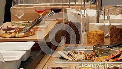 Approvvigionamento culinario della cena del buffet di cucina che pranza concetto del partito di celebrazione dell'alimento video d archivio