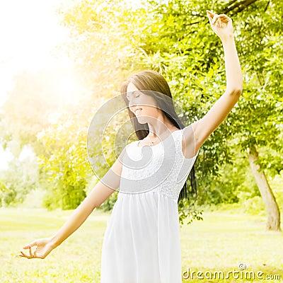 Apreciação da jovem mulher da felicidade na natureza