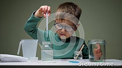 Aprendizaje de científicos infantiles en el laboratorio de química El niño, el estudiante, el aprendizaje y la realización de un  almacen de metraje de vídeo