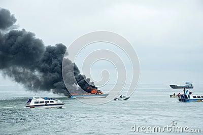 Apresse o barco no fogo em Tarakan, Indonésia Foto Editorial