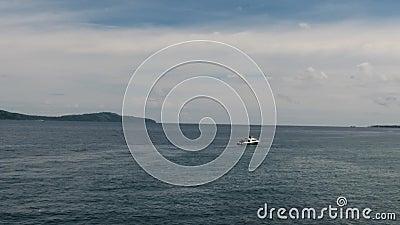 Apresse o barco no mar do tiro aéreo vídeos de arquivo