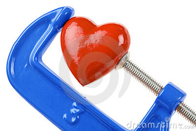 Apretón del tornillo y corazón rojo