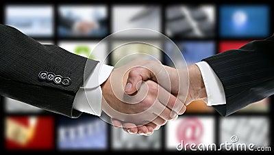 Apretón de manos sobre la tecnología video de la pantalla de la TV