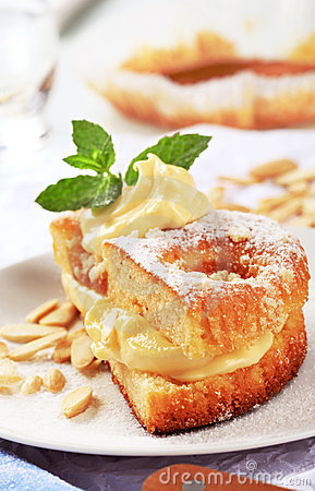 Apricot cake with pudding cream