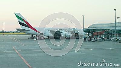 30 aprile 2019, PRAGA, CECO: L'aeroporto di Vaclav Havel - EMIRATES AIRLINES - lavoratori sta prendendo il carico dall'aereo archivi video