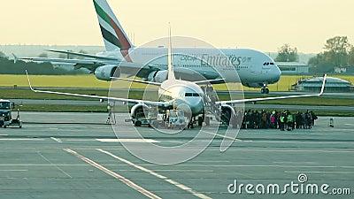 30 aprile 2019, PRAGA, CECO: L'aeroporto di Vaclav Havel - EMIRATES AIRLINES - un aereo enorme sta passando una pista dell'aeropo video d archivio