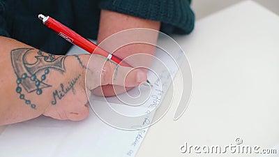 Aproximação das pedras manuais de uma pessoa com deficiência com uma caneta video estoque