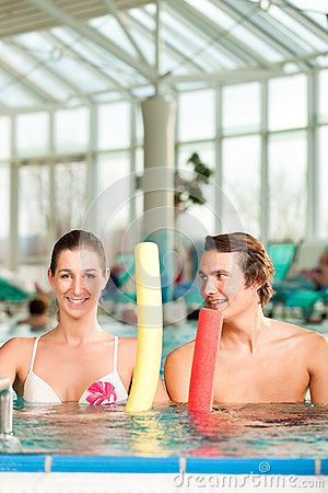 Aptitud - gimnasia de los deportes bajo el agua en piscina