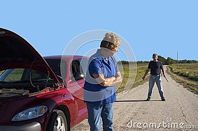 Apuro mayor maduro del coche de la mujer, seguridad del hombre del peligro