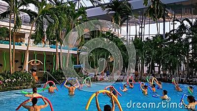 Aqua gym en Therme Bucharest, Rumanía almacen de video