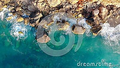 Aquamarinewater spoelt over de rotsen stock video