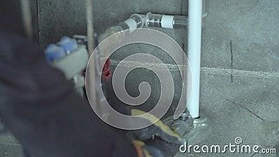 Aquecimento de assoalho uma casa abaixo friso da tubulação filme
