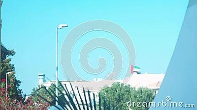 Arabische Emirate fahnenschwenkend über einem Haus auf einem frühen klaren Morgen stock footage