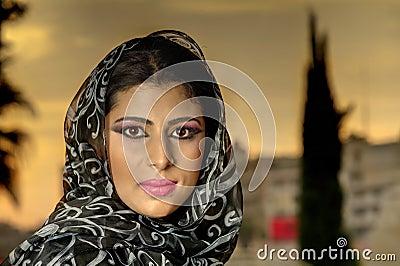 Sinnliches portrait eines arabischen mädchens der neuen schönheit