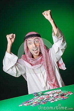 Arabo che gioca nel casinò