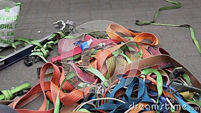 Arancio, verde, rosso, rosa, cinghie grige e blu e nastri sono sparsi su terra archivi video