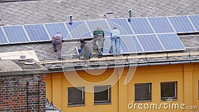 arbeider die de hoogste flat van het zonnepaneeldak installeren stock video