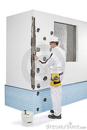 Arbeider die een hoek-lat met een laag bedekken met een stopverf