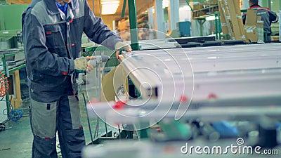 Arbeider die plastic venster vervaardigen Lopende band van de vensters en de deuren van pvc