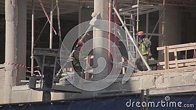 Arbeiders op een bouwwerf stock videobeelden