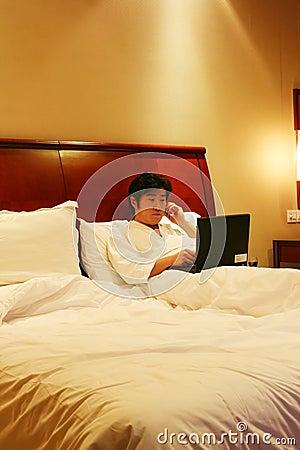 Arbeit über das Bett