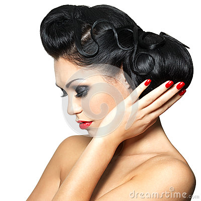Arbeiten Sie Frau mit den roten Lippen, den Nägeln und Frisur um