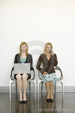 Arbeitskräfte sitzen in den Stühlen