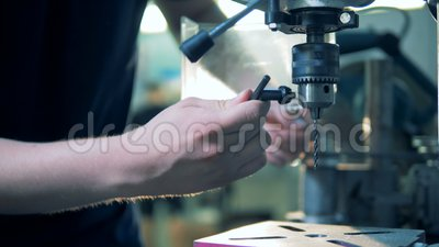 Arbeitskraft bereitet ein Bohrgerät, Abschluss oben vor stock video footage