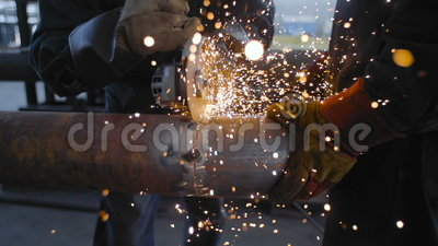 Arbeitskraft, die Stahlrohr mit Winkel-Schleifer schneidet stock video