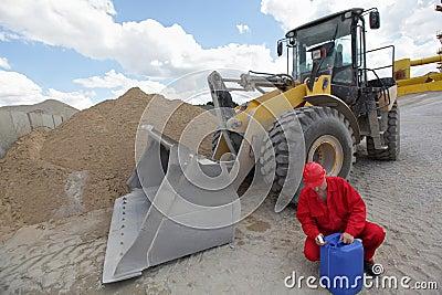 Arbeitskraft, die Treibstoffdose überprüft