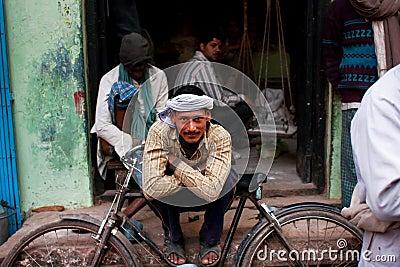 Arbeitskraft in einem Turban steht das Lehnen auf seinem Retro- Fahrrad auf der Straße still Redaktionelles Stockbild