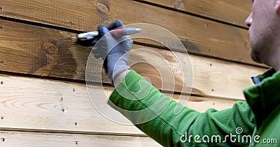 Arbeitskraftmalereihaus außen mit hölzerner schützender Farbe stock footage