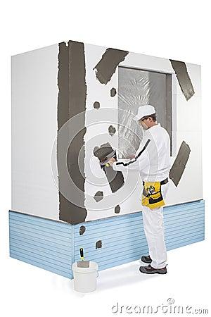 Arbetare som förstärker en fönsterram