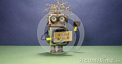 Arbetslös rolig robot som söker efter ett jobb Den galna leksakroboten rotera ett pappmeddelande som handskriven text behöver ett stock video