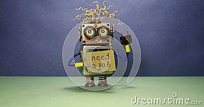 Arbetslös rolig robot som söker efter ett jobb Den galna leksakroboten rotera ett pappmeddelande som handskriven text behöver ett lager videofilmer