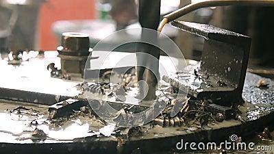 Arbetsmaskinen borrar för metall stock video