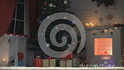 Arbre de Noël admirablement décoré miroitant avec des lumières, préparations de vacances banque de vidéos