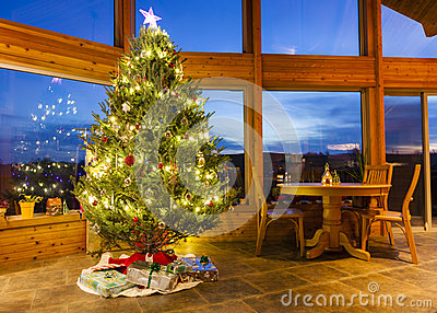 Arbre de Noël dans la maison moderne