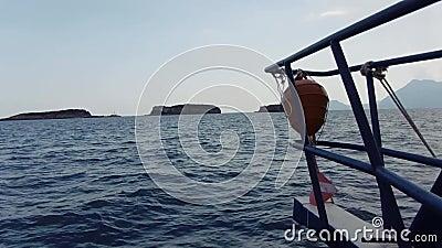 Arc étonnant de paysage marin de canot automobile s'approchant à la petite île ou falaise dans le tir de la mer ouverte POV banque de vidéos