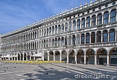 Arcades van piazza San Marco vroeg in de ochtend