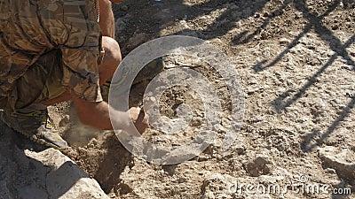 Archäologe klärt die alte Entdeckung mit einer Bürste vom Staub stock video footage