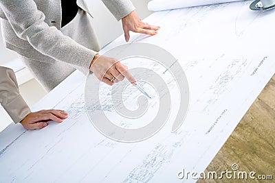 Architecten die op blauwdruk plannen